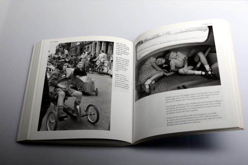 El libro de la fotografía de Nick Yapp, niños se encrespa para arriba en el espacio del coche del estándar 8, modelo del equipaje imagen de archivo