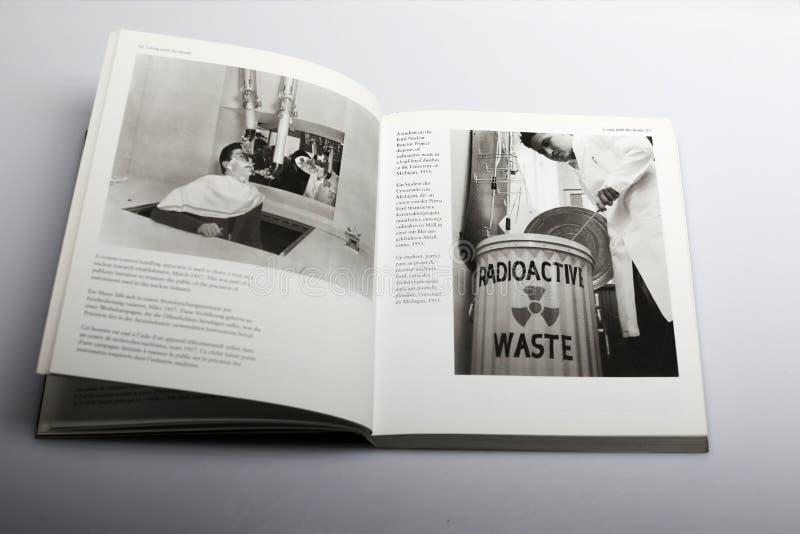 El libro de la fotografía de Nick Yapp, nuclear investiga imagen de archivo