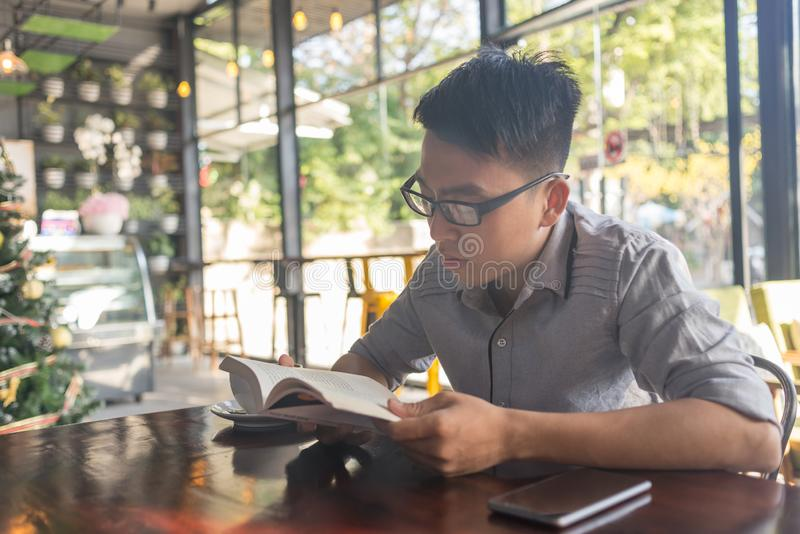 El libro de lectura es buen hábito para la gente joven fotografía de archivo libre de regalías