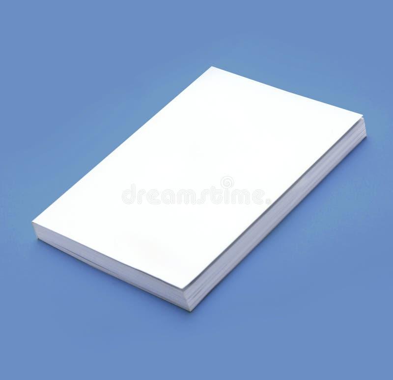 El libro en blanco con la cubierta blanca en el fondo azul, plantilla para el orden del día, imita para arriba foto de archivo
