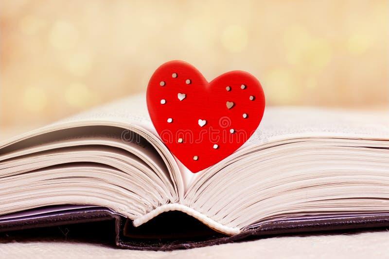 El libro reveló, biblia, con un corazón rojo Me gusta leer el Bible_ imagen de archivo