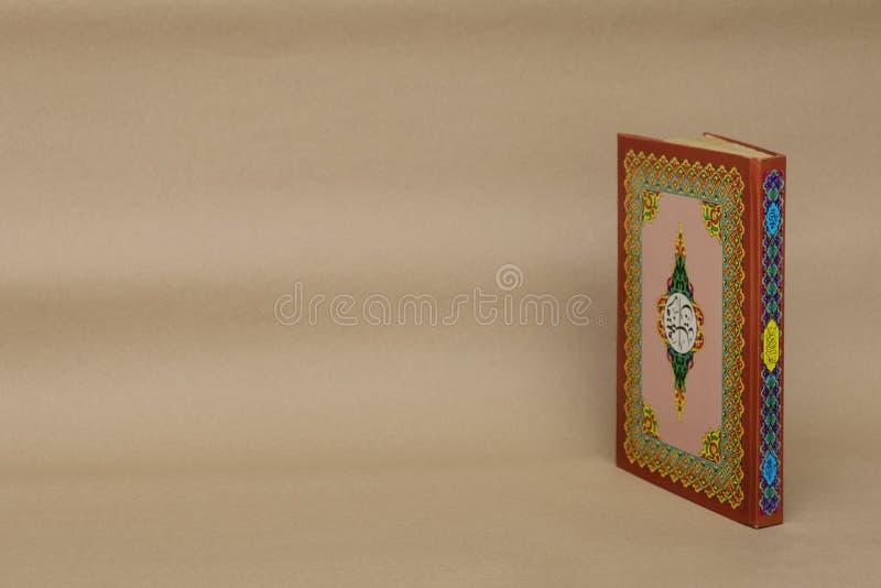 El libro sagrado islámico de musulmanes, el Quran, se coloca en la frente de la escena fotografía de archivo