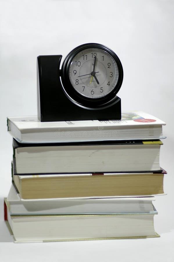 El libro y las horas fotografía de archivo libre de regalías