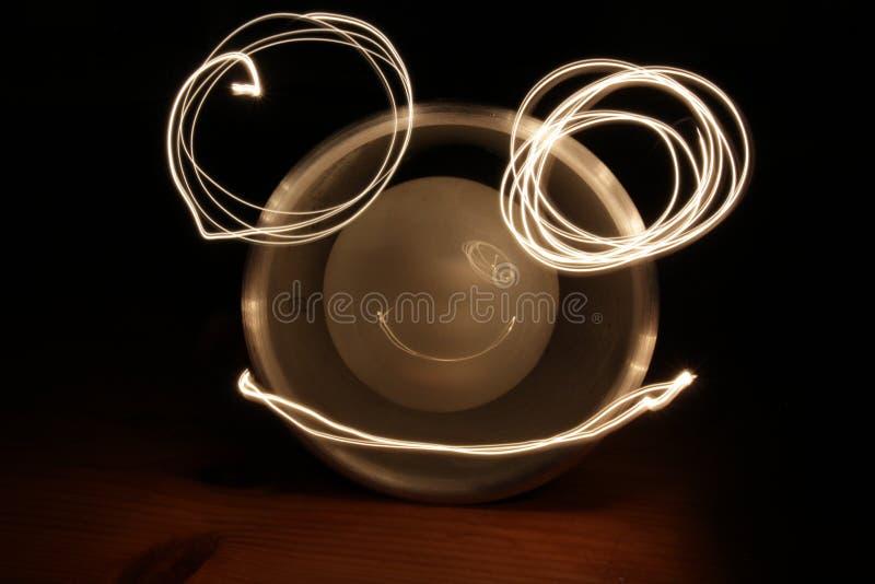 El lightpainting de un smiley reflejó en una bombilla imagenes de archivo