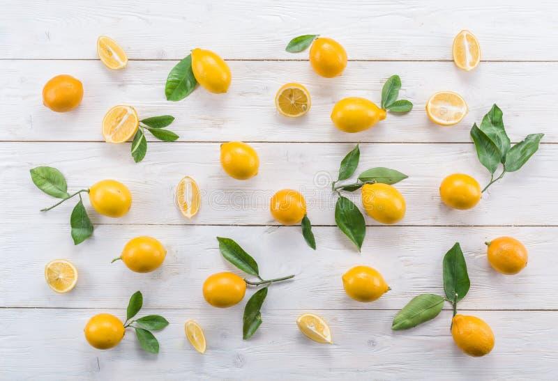 El limón maduro da fruto en la tabla de madera blanca fotografía de archivo libre de regalías