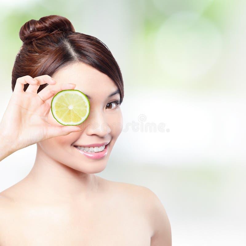 El limón y la mujer feliz sonríen para el concepto de la salud imagenes de archivo