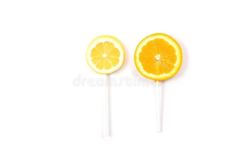 El limón y la naranja les gusta una piruleta fotografía de archivo