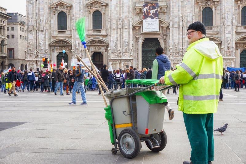 El limpiador de calle que mira a la gente que se une al al Domm de Andem desfila en Milan Italy fotos de archivo