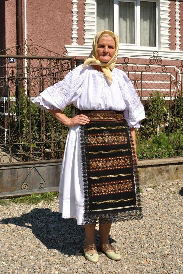 El llevar campesino rumano en traje tradicional imagen de archivo libre de regalías