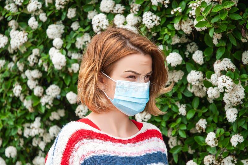 El llevar de la mujer protege la máscara contra alergia del polen imagenes de archivo