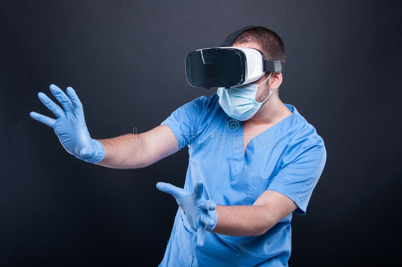 El llevar del doctor friega usando los vidrios de la realidad virtual fotos de archivo