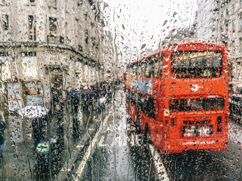 El llover en Londres imagenes de archivo