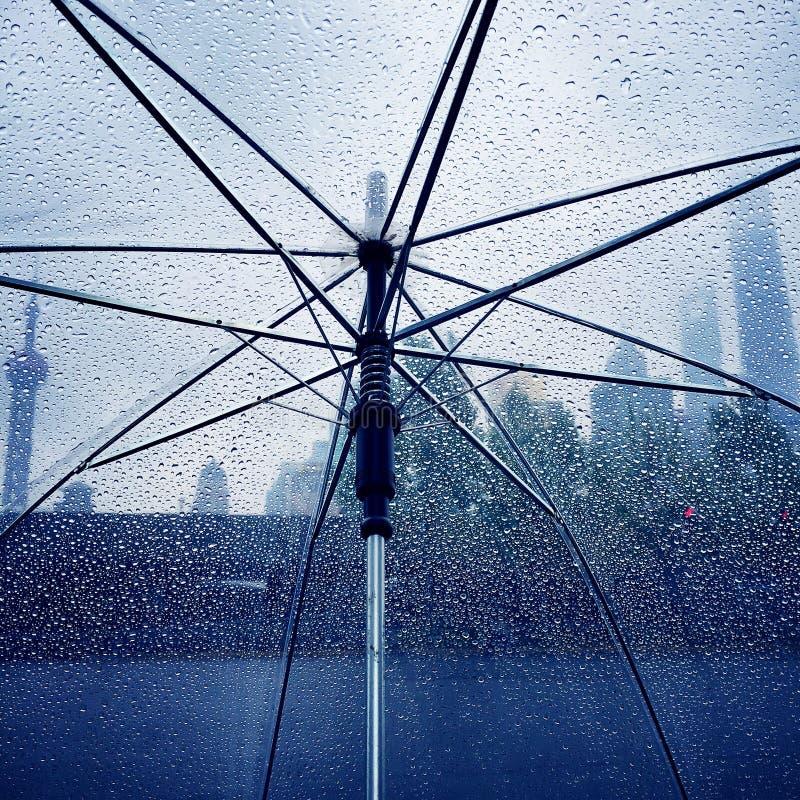 El llover en Shangai imagen de archivo