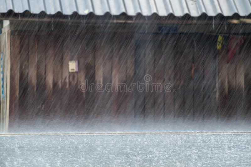 El llover pesado en la carretera de asfalto fotografía de archivo