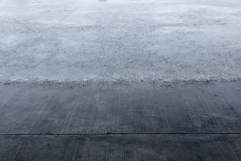 El llover pesado en piso concreto El fotógrafo tomó la imagen que llovía mientras que refugio debajo del tejado de la lluvia imagen de archivo