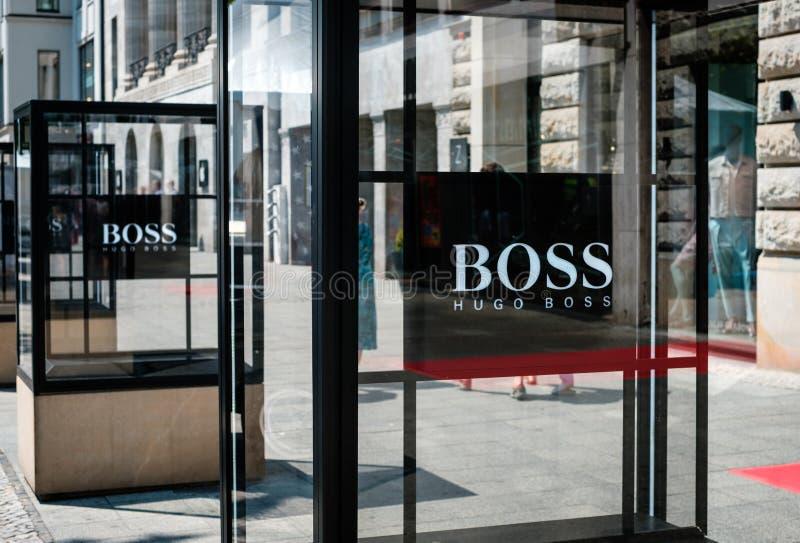 El logotipo/la marca de HUGO BOSS en la fachada de la tienda exterior en sea foto de archivo