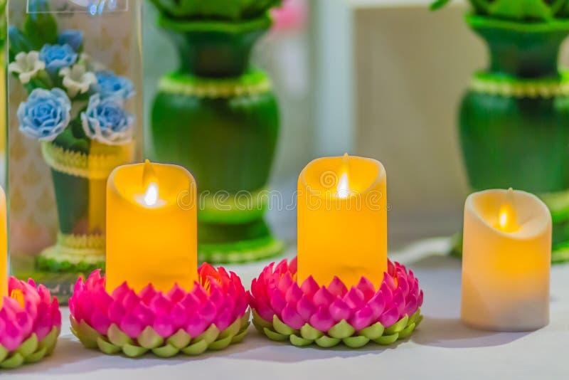 El loto rosado hermoso del kratong con la vela amarilla y el fuego flamean Conccept para el festival loy de los kratongs celebró  fotos de archivo