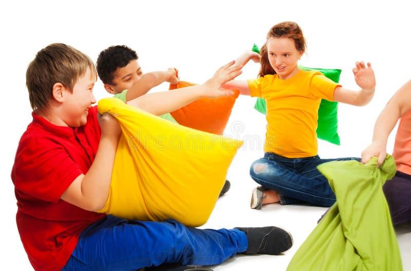 El luchar con las almohadas es diversión imagen de archivo libre de regalías