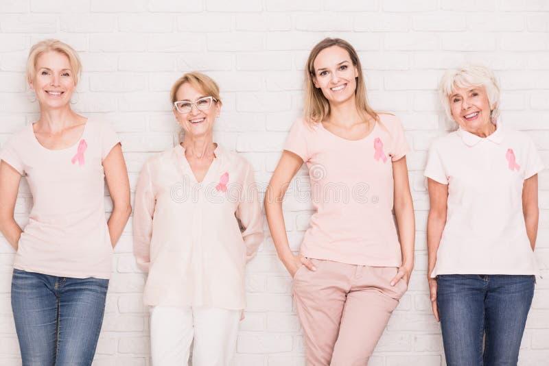 El luchar contra cáncer junto imagen de archivo libre de regalías
