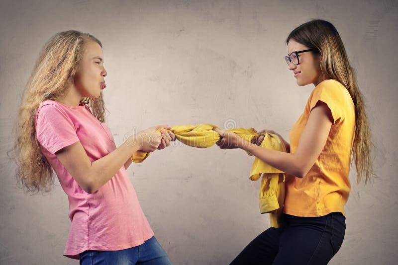 El luchar de las hermanas imagenes de archivo
