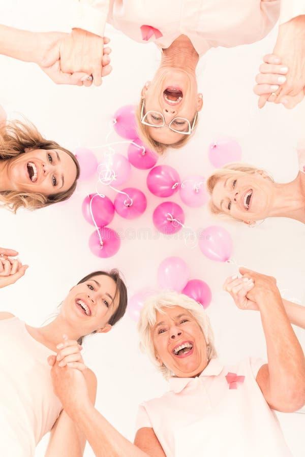 El luchar junto contra cáncer de pecho imagen de archivo libre de regalías
