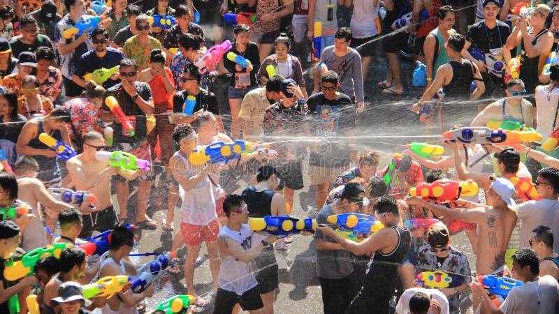 El luchar para la diversión Lucha del agua o festival de Songkran imagen de archivo libre de regalías
