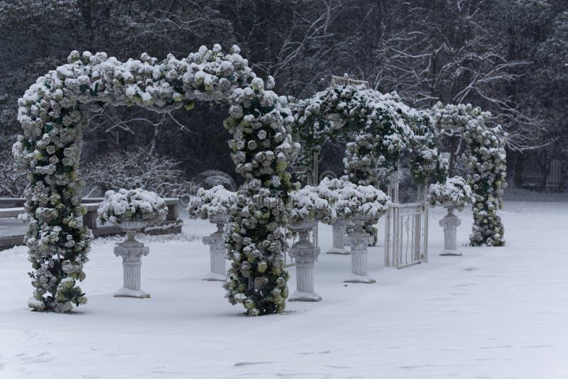 El lugar de la boda fue cubierto con nieve imagen de archivo libre de regalías
