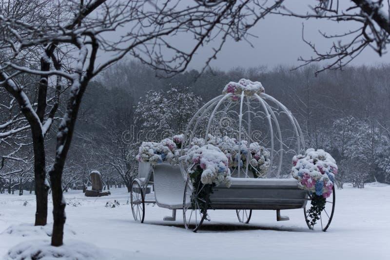 El lugar de la boda fue cubierto con nieve imagen de archivo