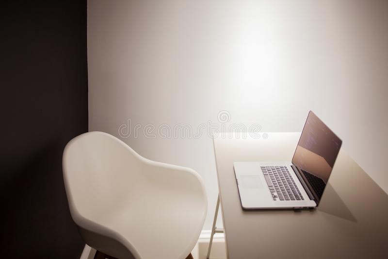 El lugar de trabajo del programador, ordenador port?til con c?digo del proyecto Desarrollo de p?ginas web y de usos fotos de archivo