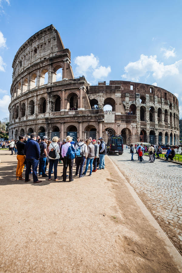 El lugar famoso de Colosseum Un grupo de los turistas Muchedumbre de gente fotografía de archivo