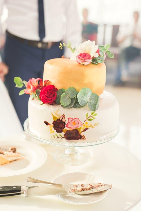 El lujo adornó el pastel de bodas en la tabla imagen de archivo