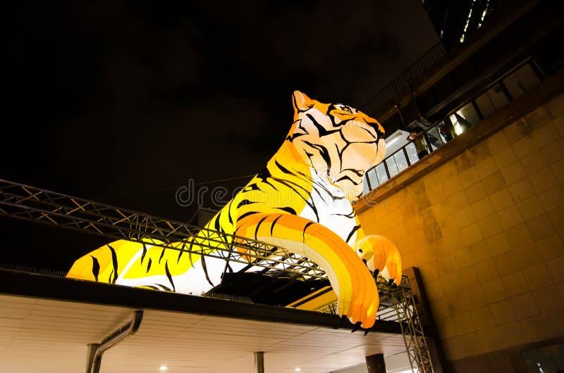 El ` lunar de la linterna que el ` del tigre es símbolo del zodiaco del tigre será iluminado de oscuridad en Quay circular por el imágenes de archivo libres de regalías