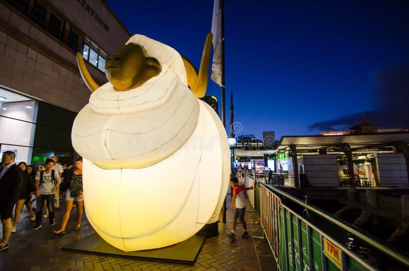 El ` lunar de la linterna que el ` de las ovejas es símbolo del zodiaco de ovejas será iluminado de oscuridad en Quay circular po fotos de archivo