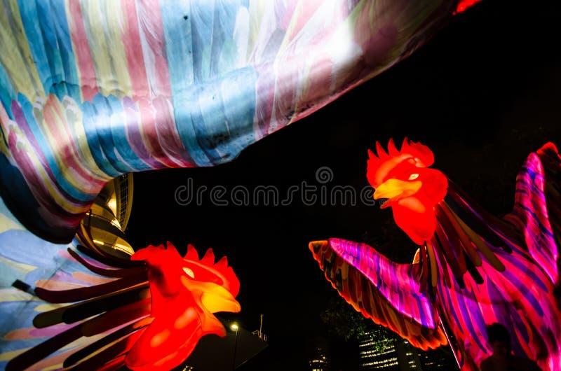 El ` lunar de la linterna que el ` de los gallos es símbolo del zodiaco del gallo será iluminado de oscuridad en Quay circular fotos de archivo