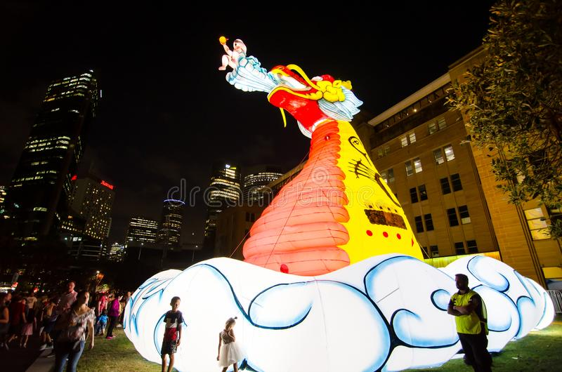 El ` lunar de la linterna que el ` místico del dragón es símbolo del zodiaco del dragón será iluminado de oscuridad en Quay circu fotografía de archivo