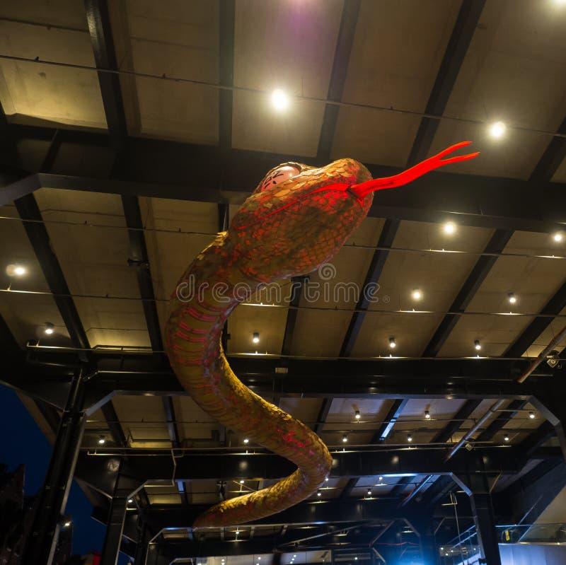 El ` lunar de la linterna que el ` de la serpiente es símbolo del zodiaco de la serpiente será iluminado de oscuridad en Quay cir fotos de archivo