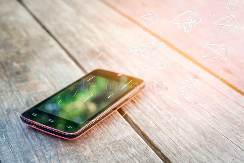 El márketing y los mensajes del correo electrónico van lejos de su smartphone foto de archivo