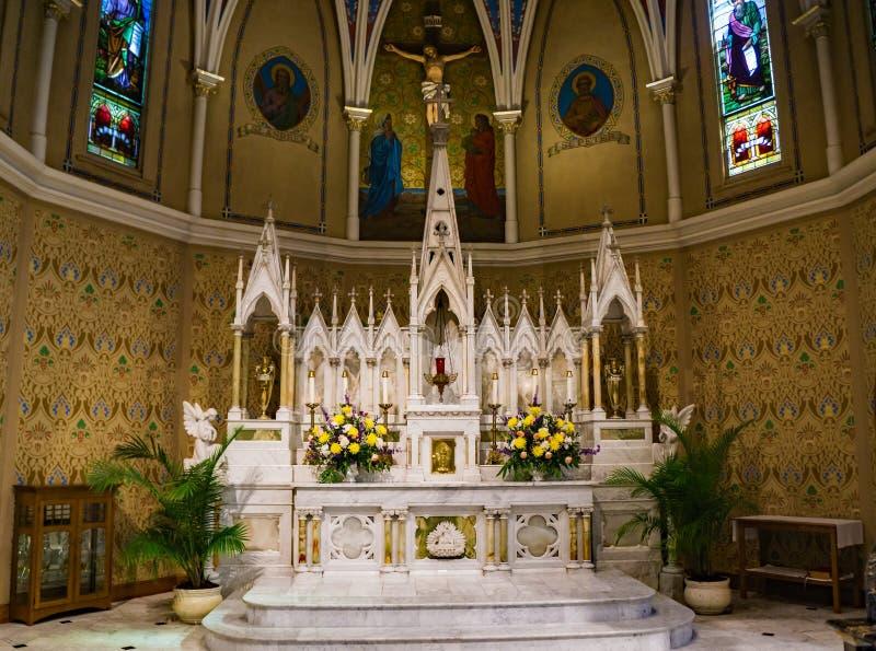 El mármol hermoso altera en la iglesia católica de St Andrew foto de archivo libre de regalías