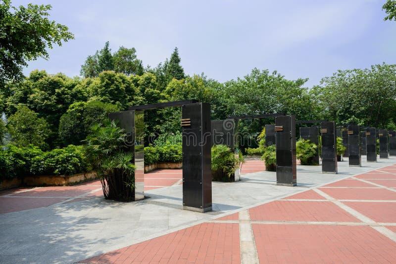 El mármol negro adornó las puertas en verano soleado verde fotografía de archivo libre de regalías