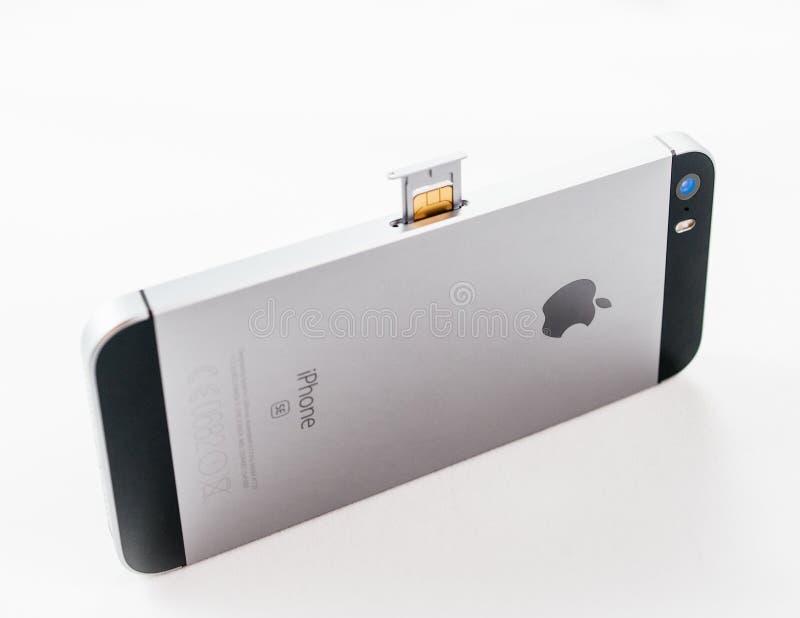 El más nuevo cambio de la tarjeta del smartphone SIM del SE del iPhone de los Apple Computer fotos de archivo libres de regalías