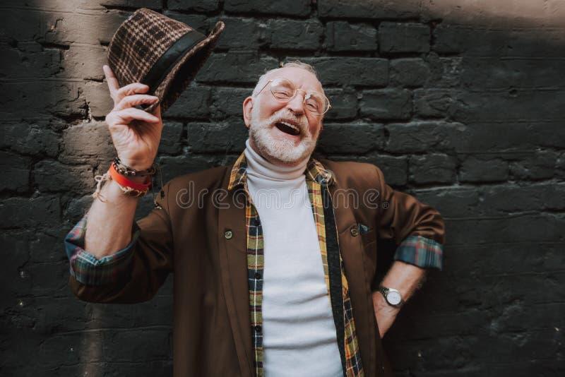 El más viejo hombre moderno se está divirtiendo al aire libre imagen de archivo