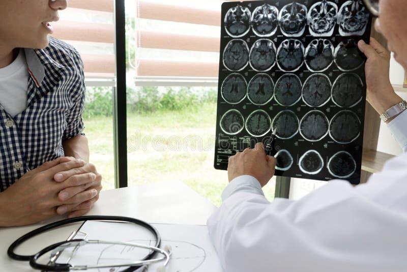 El médico profesional del cerebro da un consejo al paciente imagenes de archivo