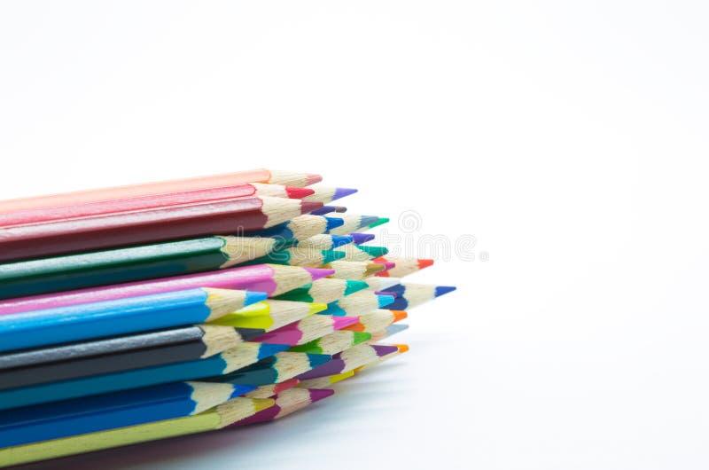 El múltiplo colorea el lápiz de madera en el fondo blanco imágenes de archivo libres de regalías