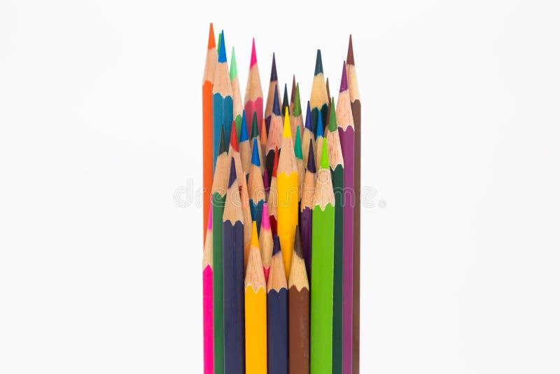 El múltiplo colorea los lápices de madera en blanco imagen de archivo libre de regalías