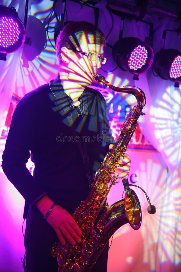 El músico bien conocido Alexander Mazur del estallido y de jazz juega un solo del saxofón imagen de archivo