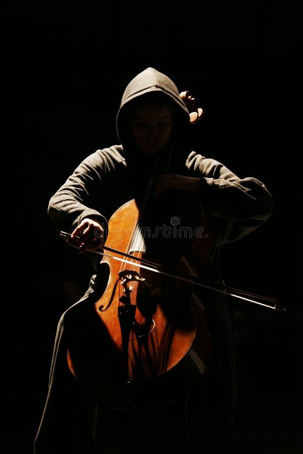 El músico con un violoncello imagenes de archivo