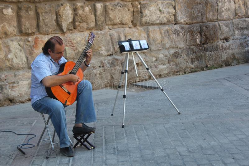El músico de la calle está jugando en su guitarra del flamenco fotos de archivo