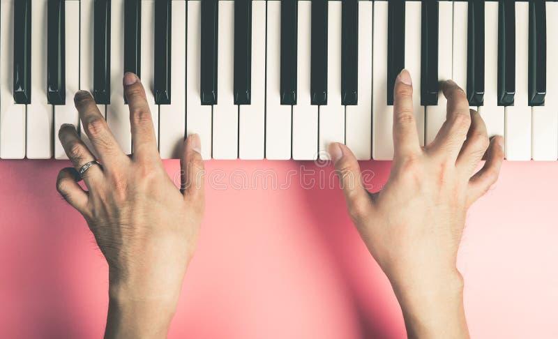 El músico está jugando en el teclado fotos de archivo libres de regalías