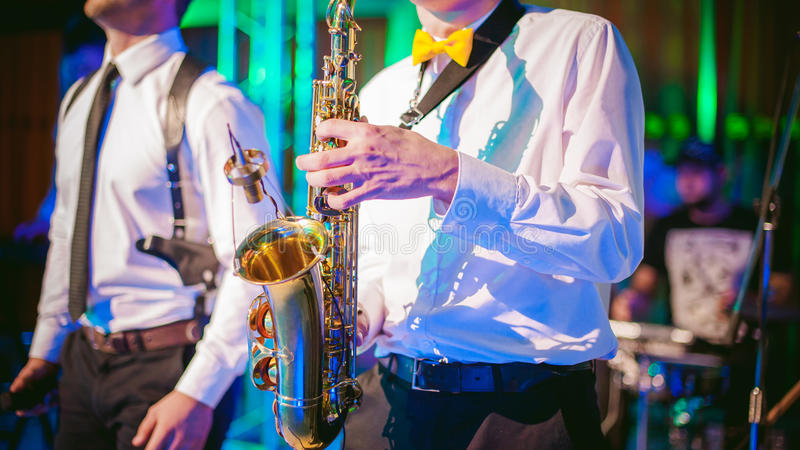El músico juega el funcionamiento del saxofón fotos de archivo libres de regalías