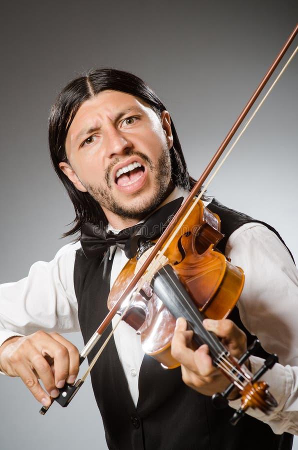 El músico toca el violoncelo en blanco imágenes de archivo libres de regalías